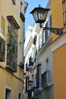 străzile înguste şi răcoroase din Sevilla